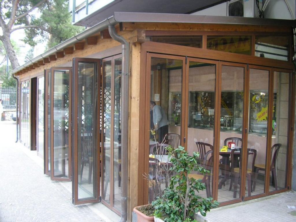 Dehor chiusura esterna in legno per bar e ristoranti - tamponatura con serramenti in PVC e vetro di sicurezza